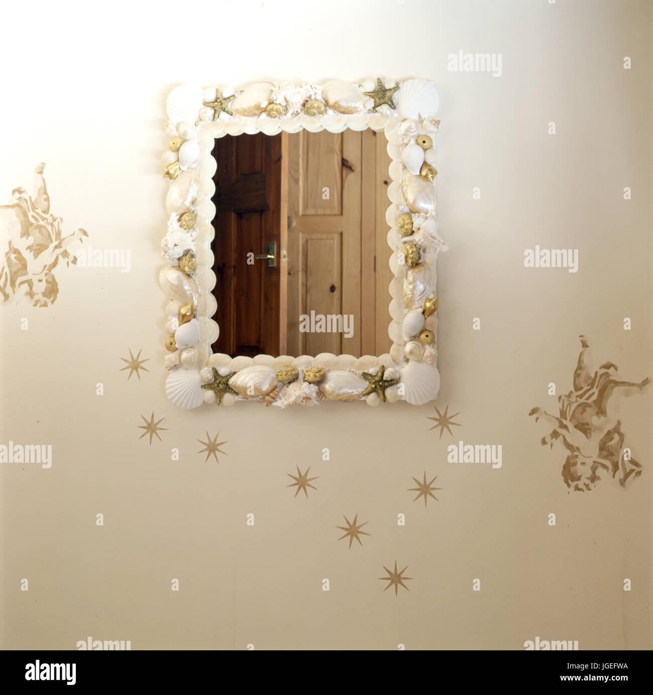 Hervorragend Spiegel mit Muscheln und Fisch auf Stenciled Wand dekoriert SM73