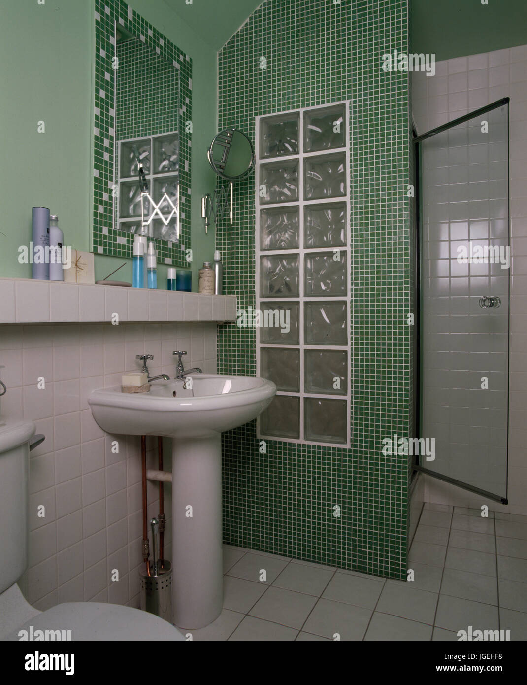 Kleines Badezimmer Mit Mosaik Fliesen Und Glas Brick Wall Gebildet, Dusche