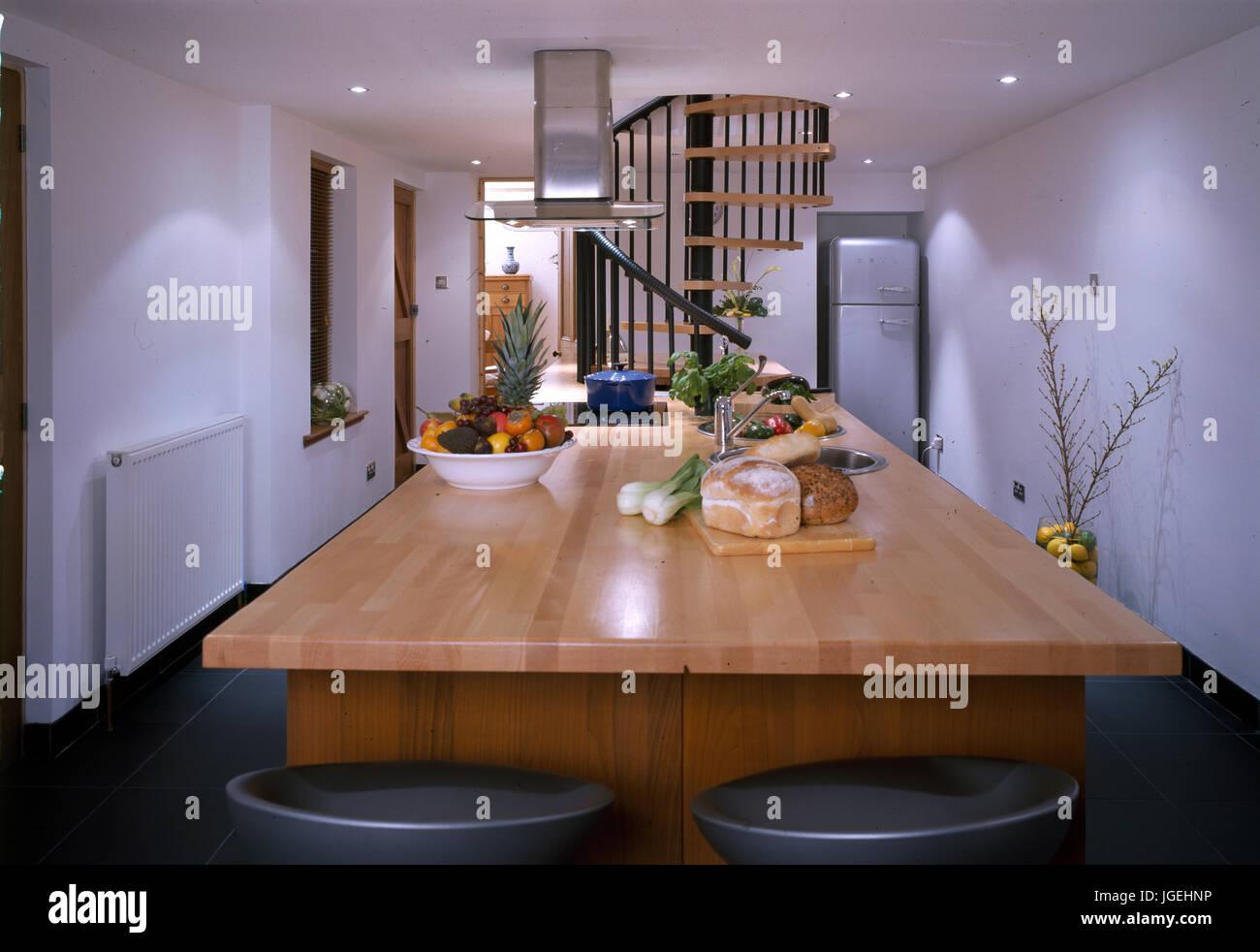 Insel mit Frühstück Bar in der Mitte der modernen Küche Stockfoto ...
