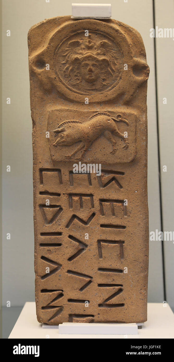 Terracotta-Grenze-Marker. Behelmte Athena und Wildschwein und oskische Inschrift. 300-100 BC. Capua, Italien. British Stockbild