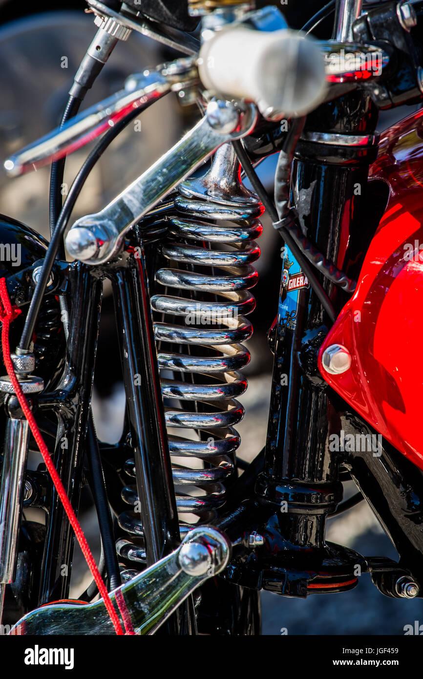 Big Spring Stoßdämpfer rot, historische, italienische Motorrad Gilera 250 Nettuno aus dem Jahr 1949. Stockbild