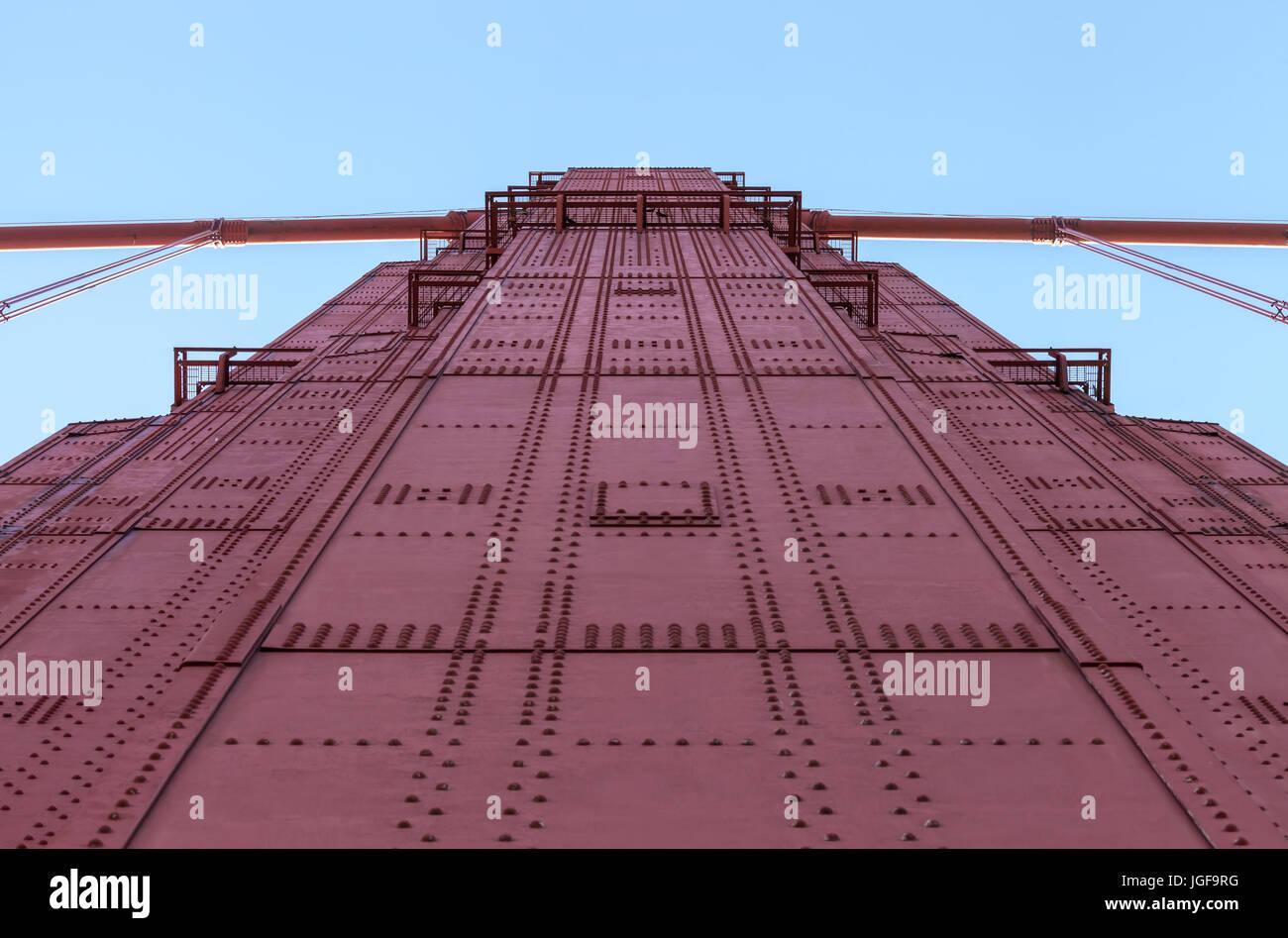 Eine abstrakte Schuß an die Golden Gate Bridge Tower in San Francisco, Kalifornien, USA Stockbild