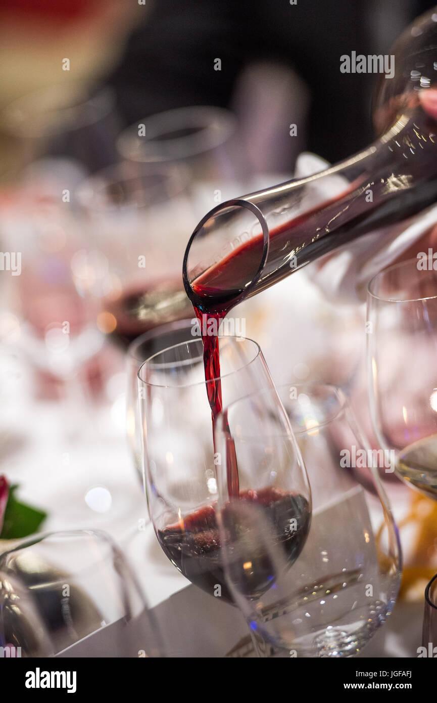 Sommelier Wein in Glas von Rührschüssel im Luxus Diner gießen Stockbild