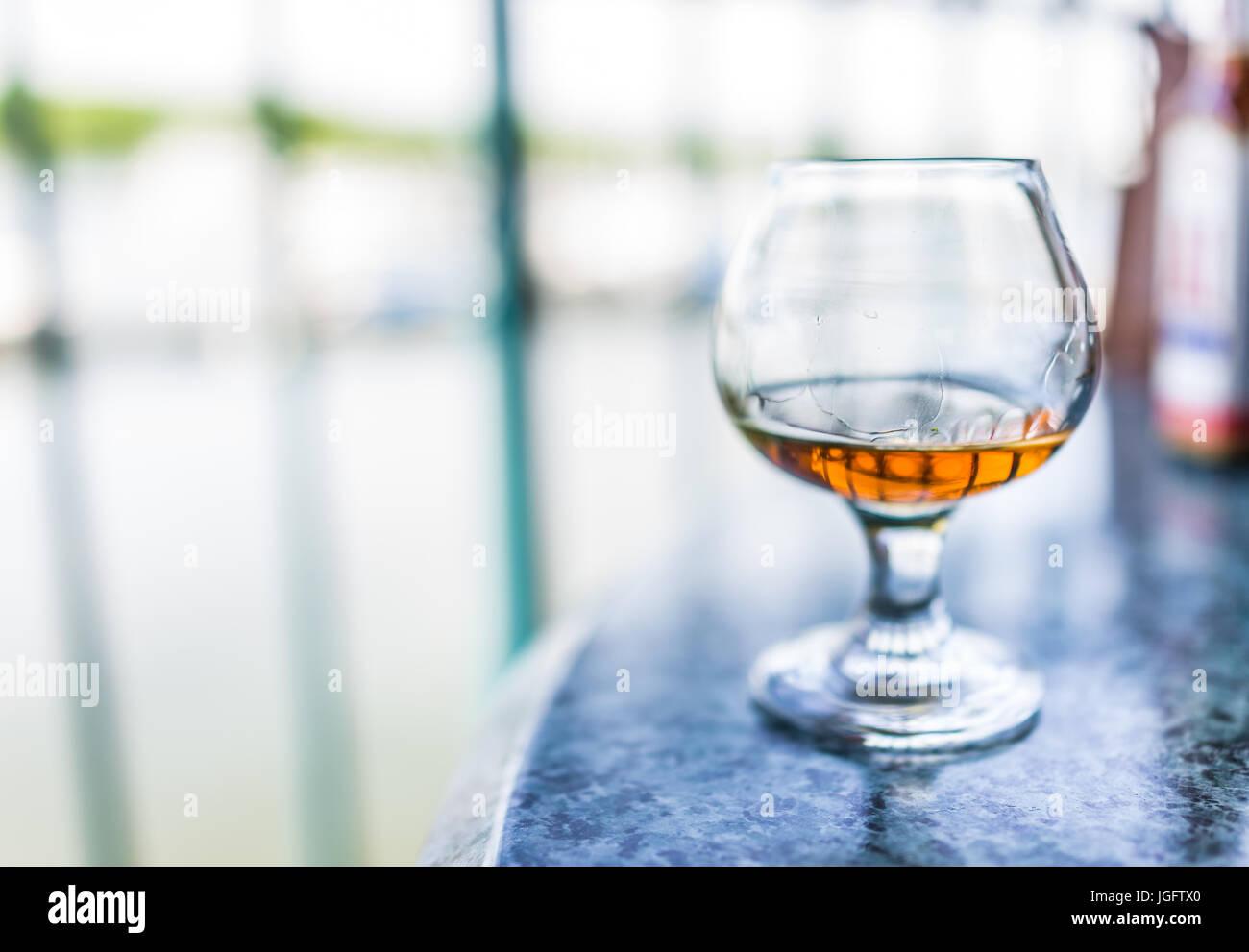 Makro Nahaufnahme von Amaretto, Rum oder Bourbon Getränk im Glas Stockbild