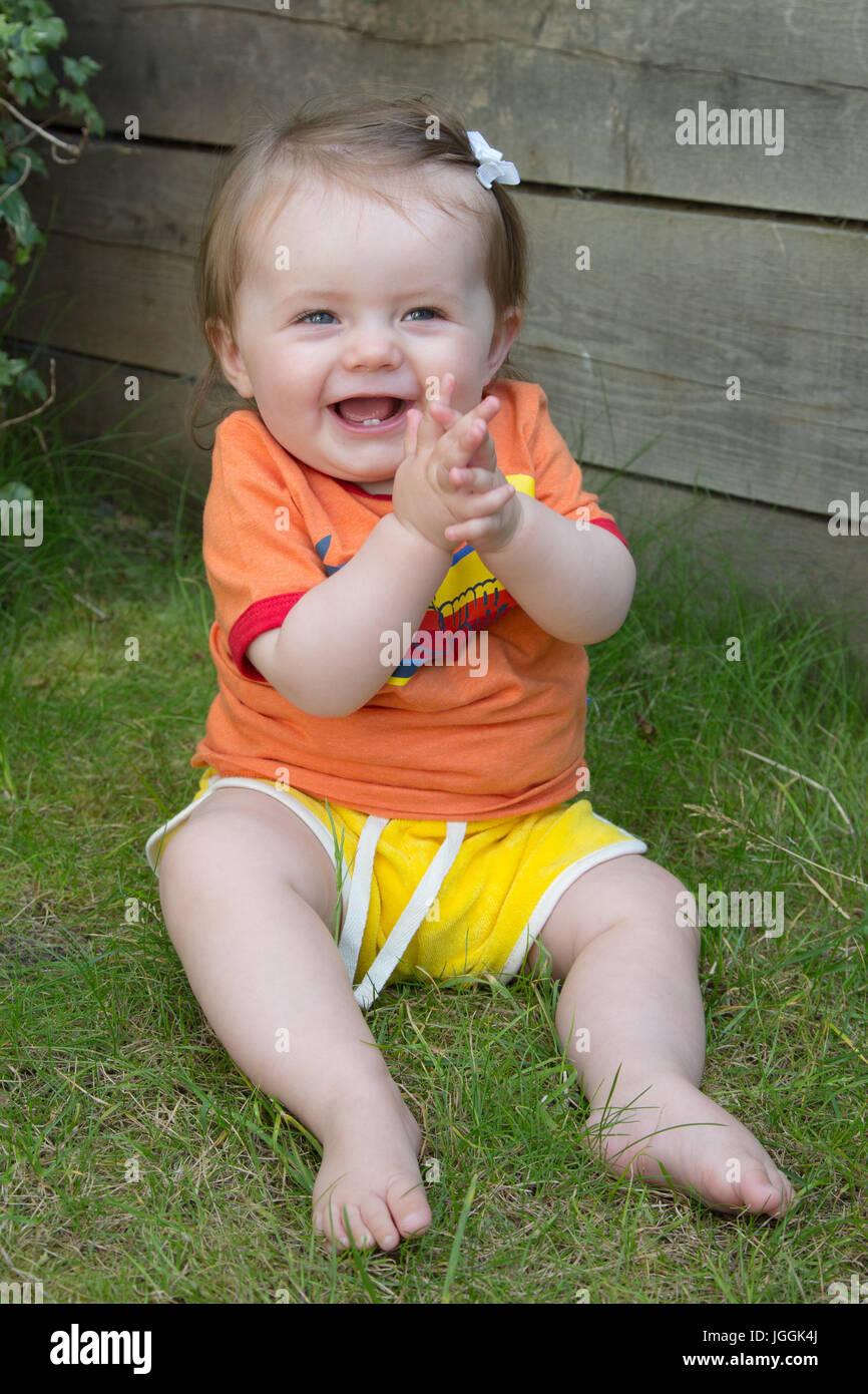 Fröhliches 9 Monate altes Mädchen Stockfoto, Bild: 147883698 - Alamy