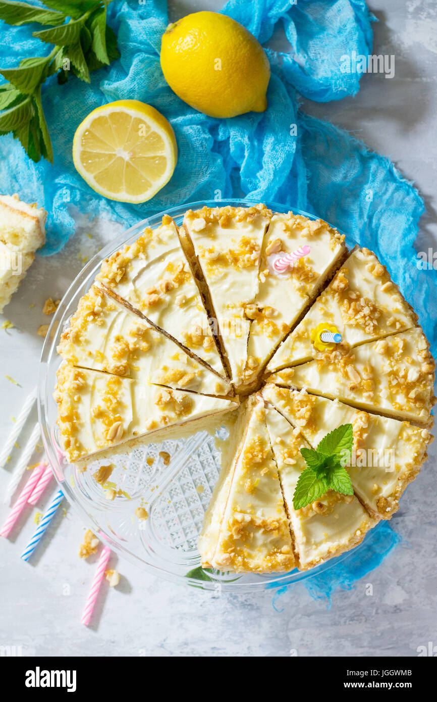 Köstliche Geburtstag Kuchen Zitrone Biskuit und Butter Creme, Nussbaum, geröstet. Portion einen festlich Stockbild