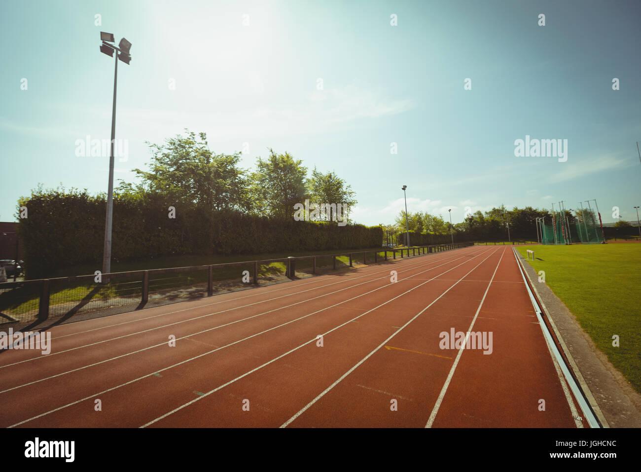 Leere Laufstrecke gegen Himmel an sonnigen Tag Stockfoto