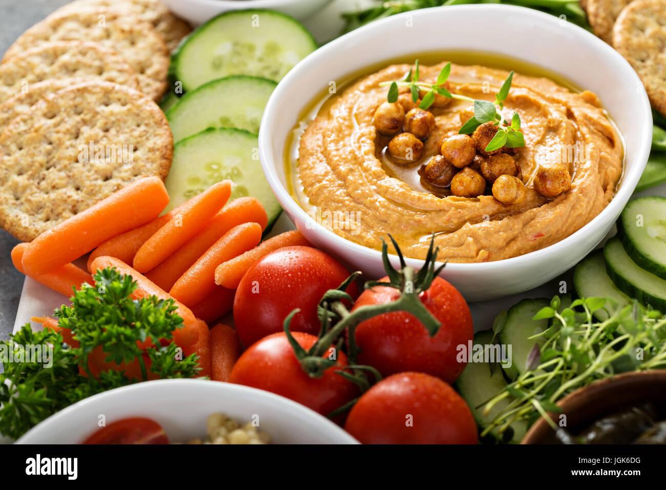 Hummus und Gemüse Teller mit Korn Salat Stockbild