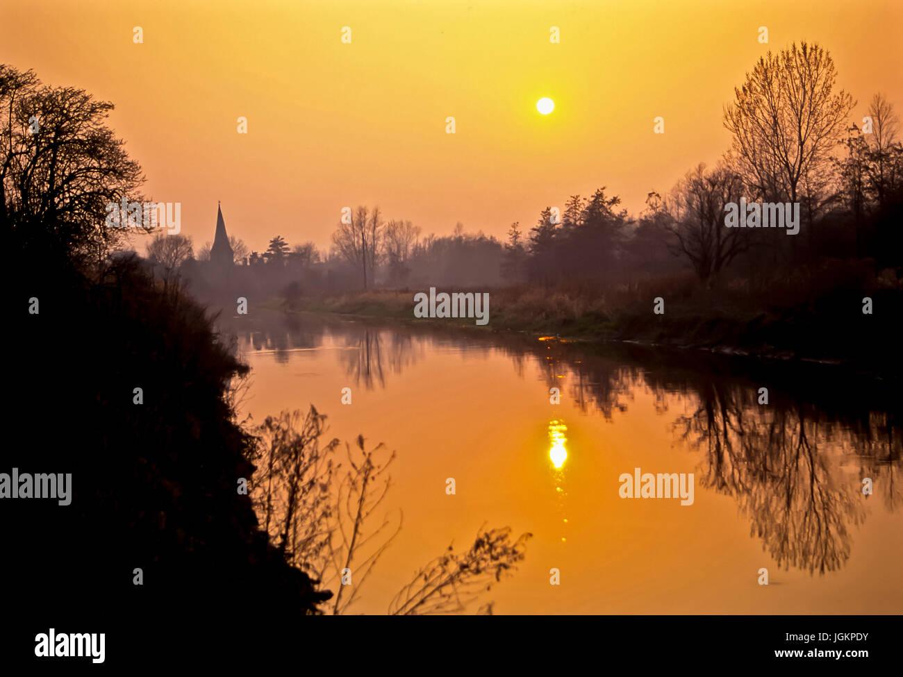 RS 0480. Hintergründe; Farben; Farben; Anzeige; Sonnenuntergang über Fordwich & R Stour, Kent, UK Stockbild
