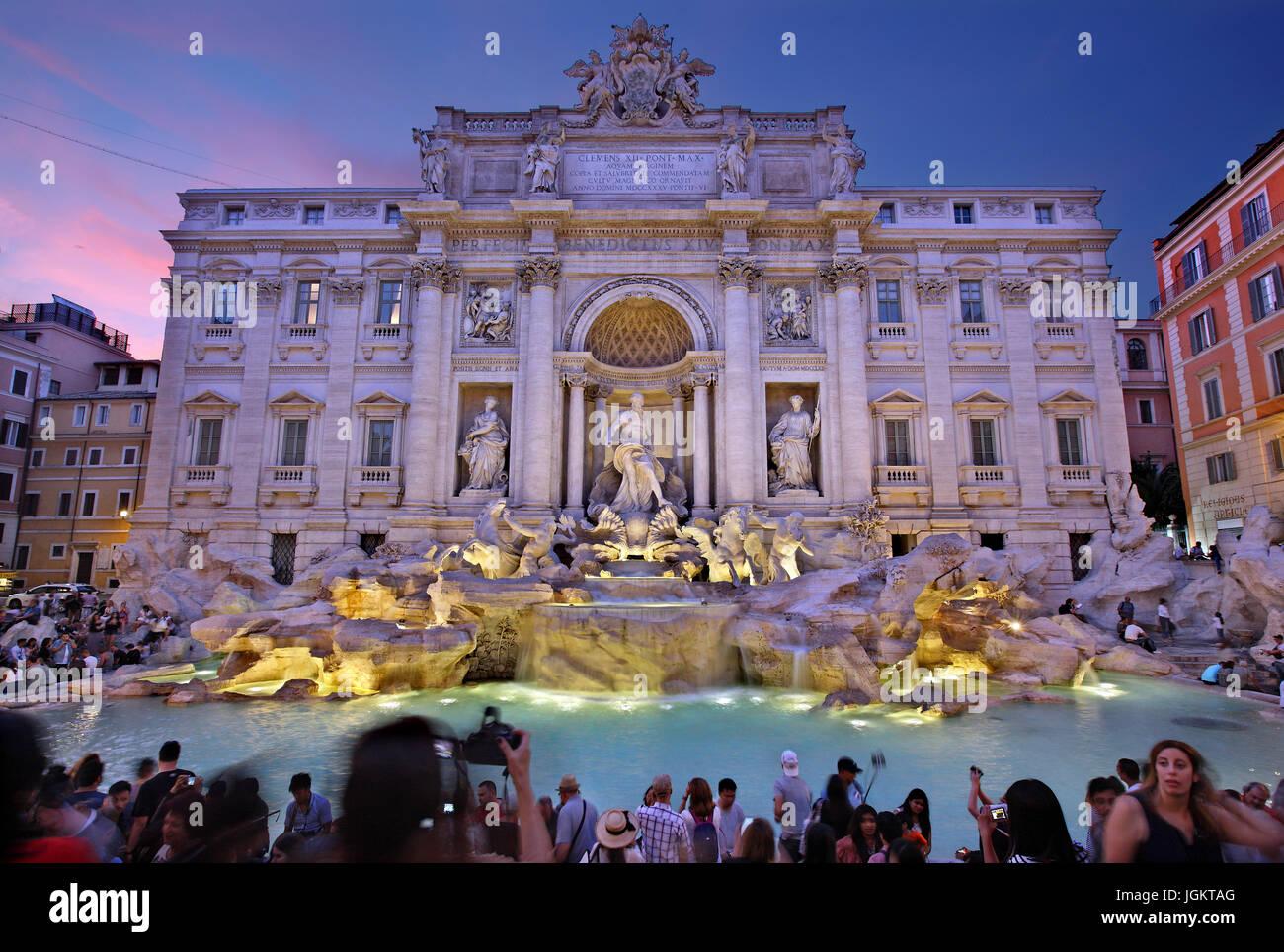 Nacht fallen an der Fontana di Trevi, Rom, Italien Stockbild