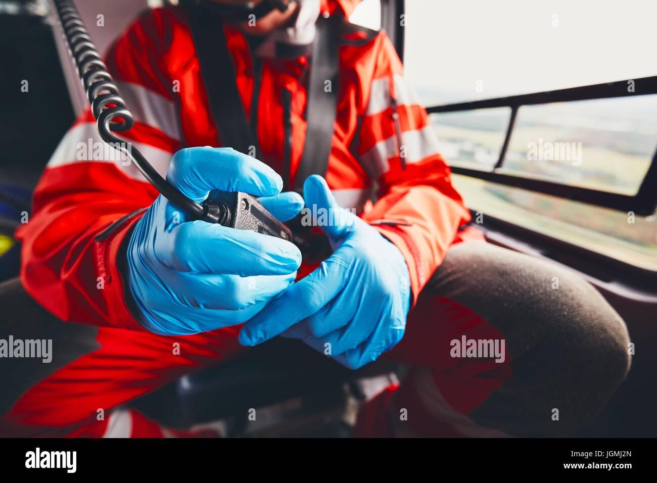 Alarm für Hubschrauber Rettungsdienst. Arzt-Holding-Radio. Thema Rettung, Hilfe und Hoffnung. Stockbild