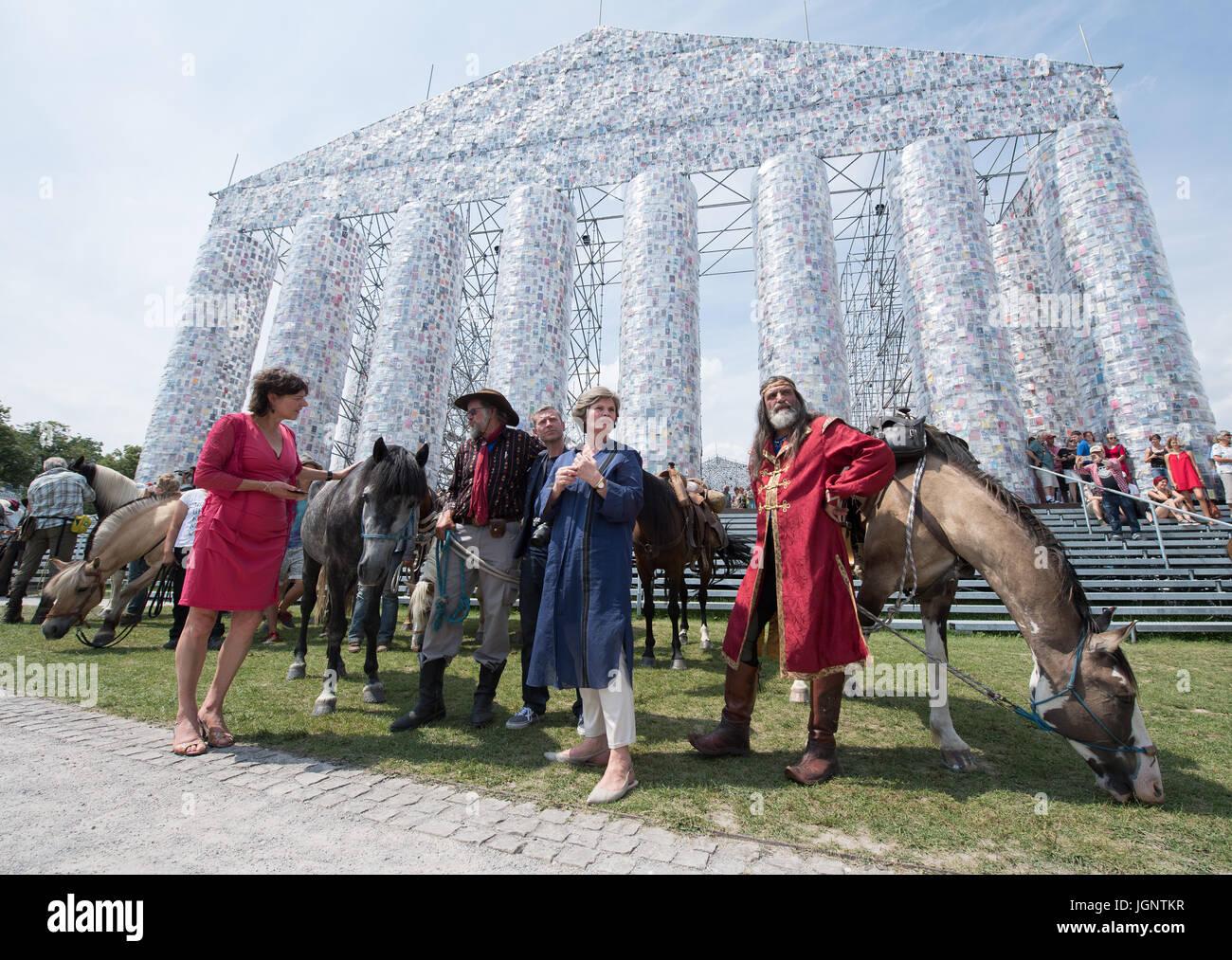 Der Direktor des Documenta Kunst Festival, Annette Kulenkampff (2-R ...