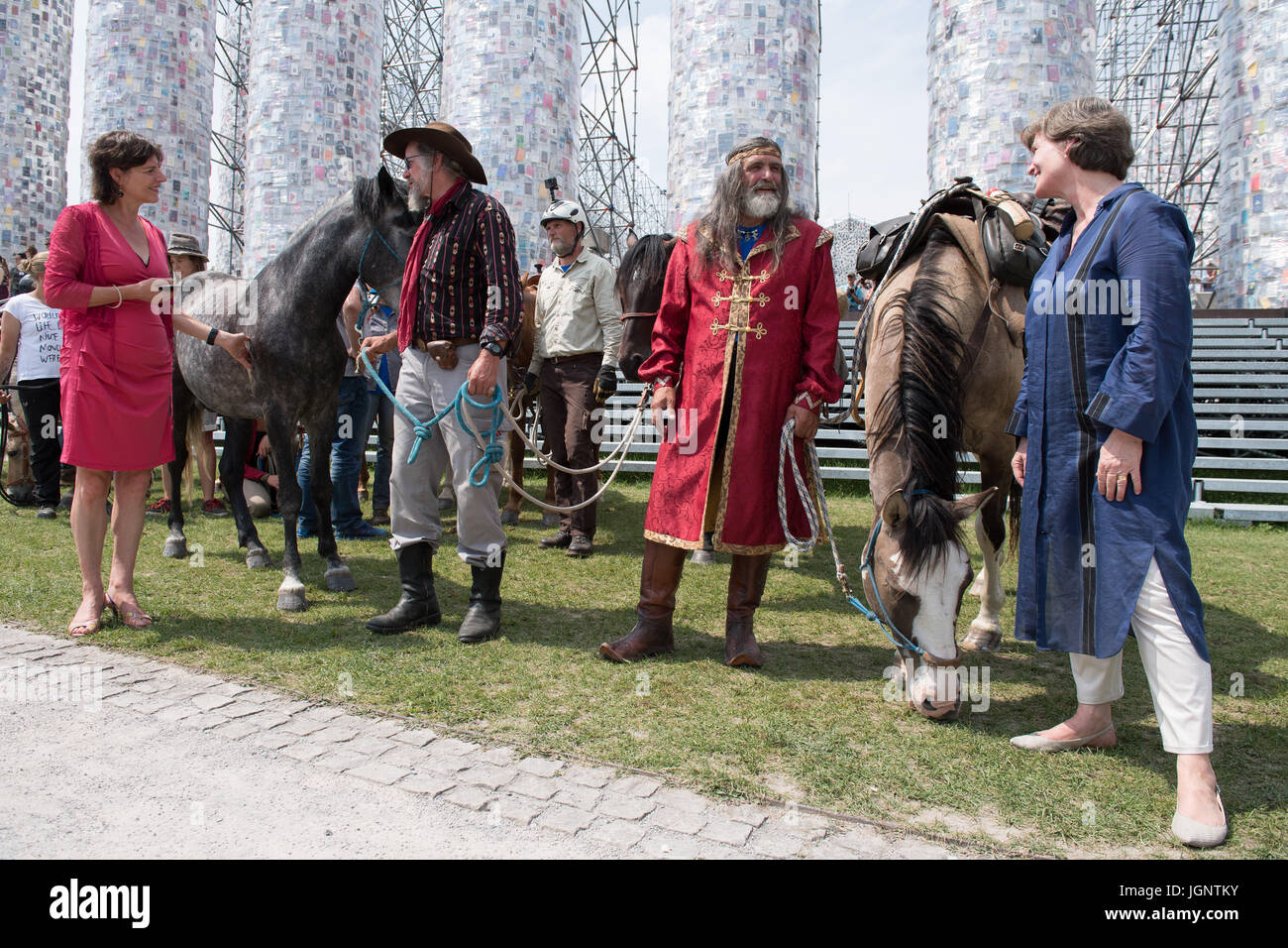Der Direktor der Documenta-Kunst-Festival, Annette Kulenkampff (R ...