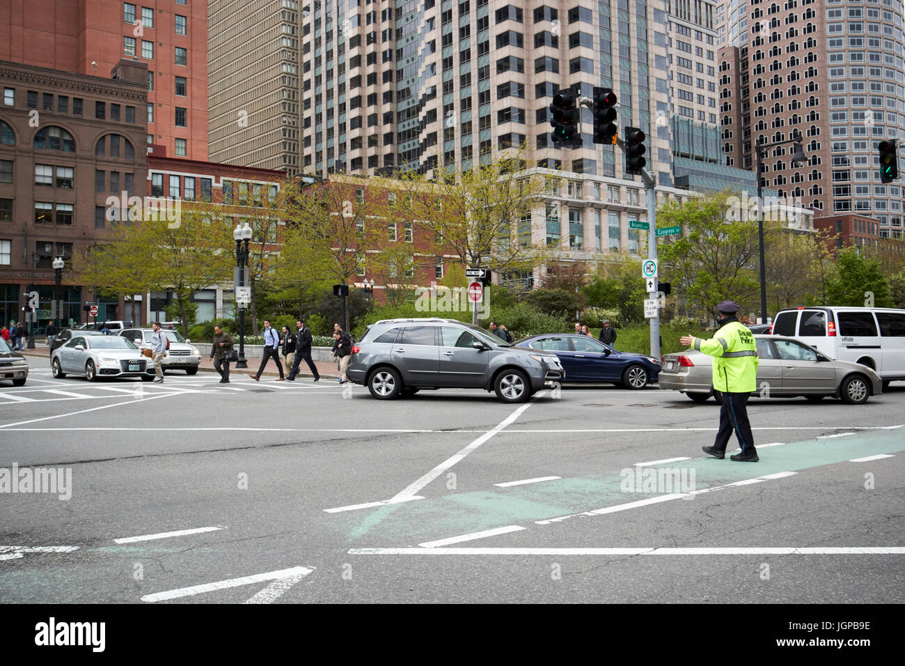 Boston Polizist regelt den Verkehr Innenstadt im beschäftigt Congress street and Atlantic Avenue Kreuzung Boston Stockbild