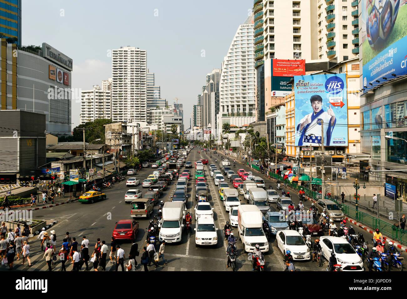 Bangkok, Thailand - 13. Februar 2015: Staus an der Kreuzung Asoke und Sukhumvit Road im Zentrum von finanziellen Stockbild