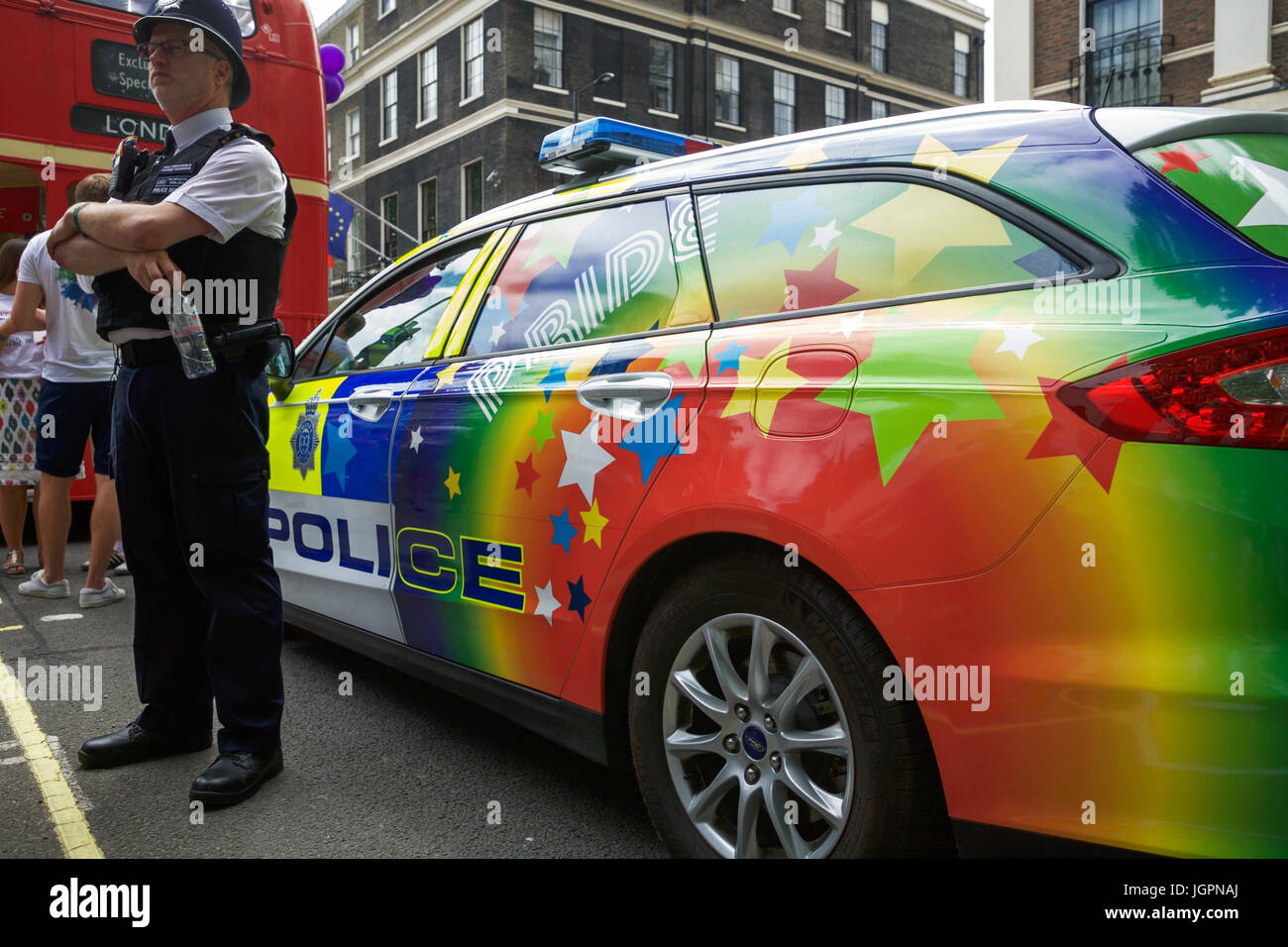 Pride in London. Polizei-Auto in LGBT-Farben bei der London Pride ...