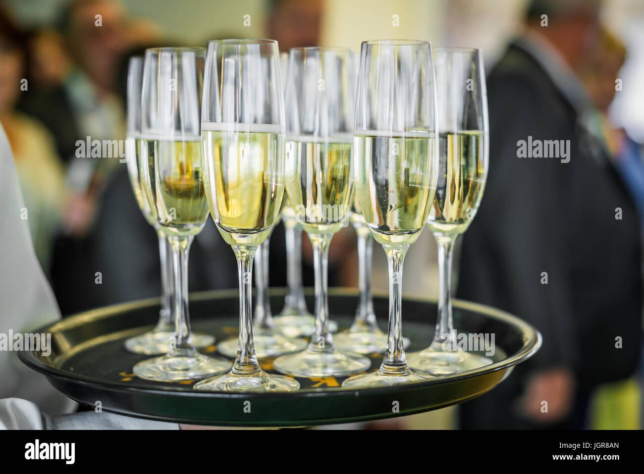 Champagner auf einem Tablett Stockbild
