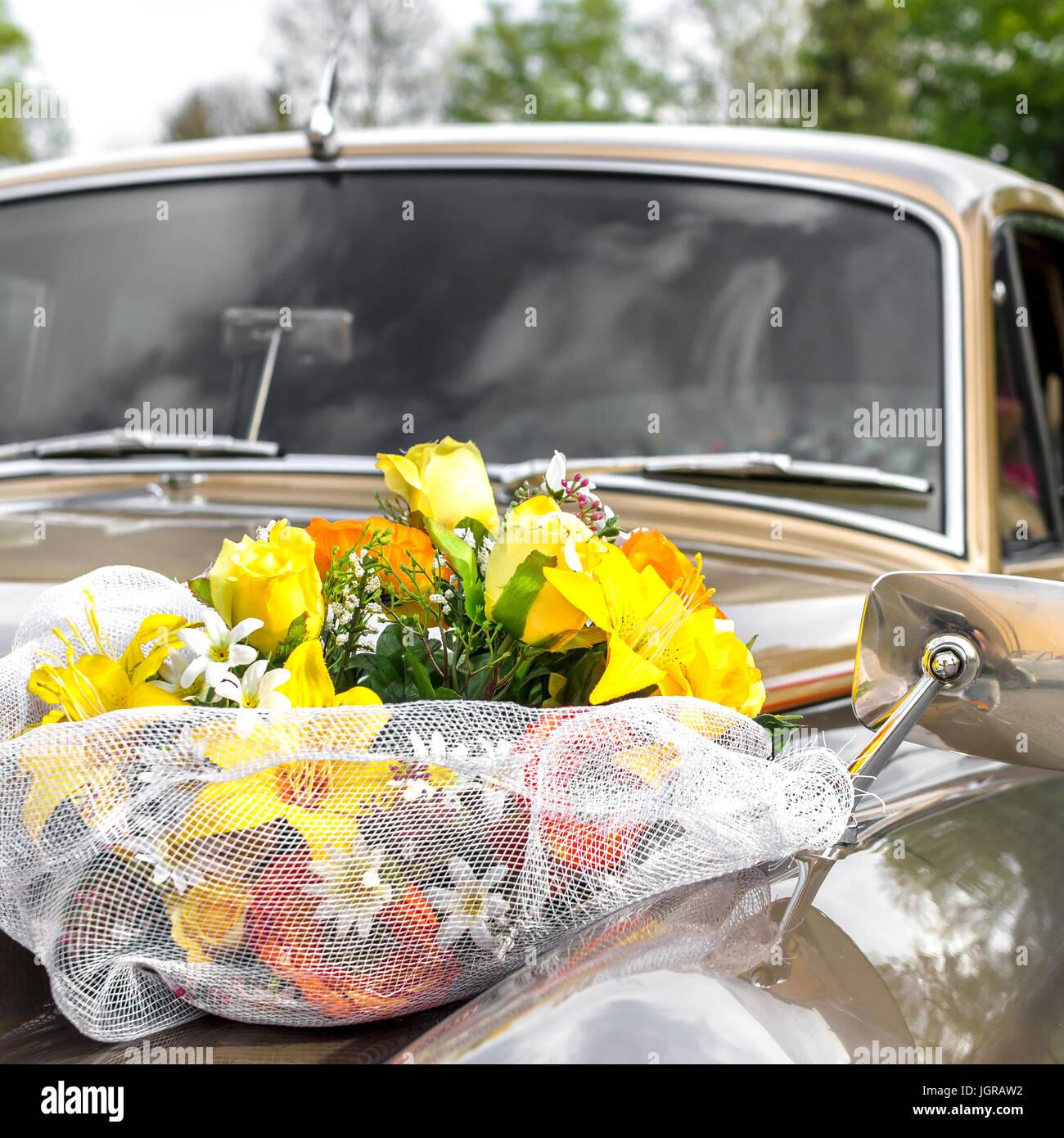 Blumen Dekoration Auf Hochzeit Auto Motorhaube Stockfoto Bild