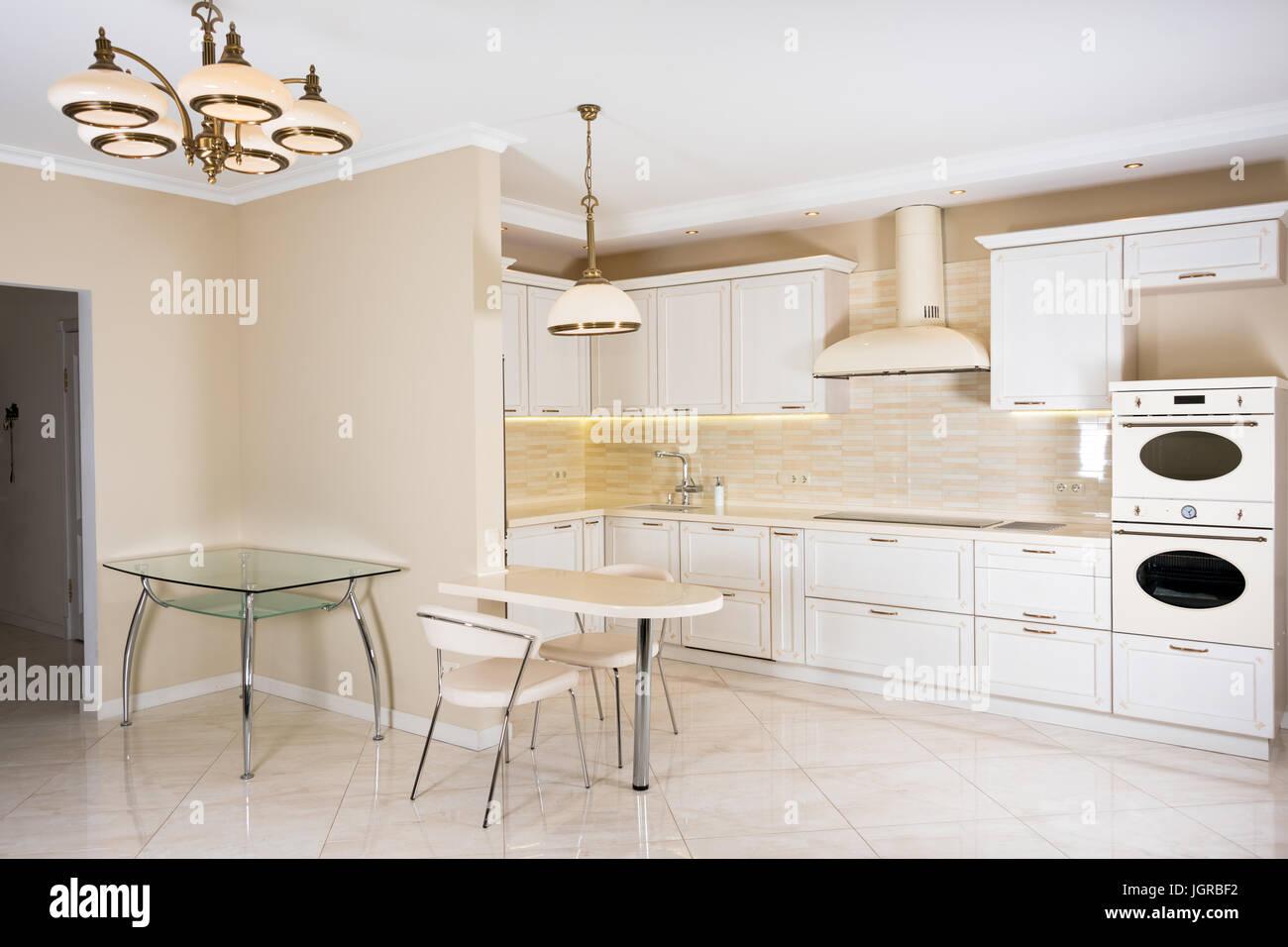 Moderne, Helle, Saubere Küche Interieur In Einem Luxushaus. Interior Design  Mit Klassischen Oder Vintage Elemente. Praktische, Gut Ausgestattete Küche.