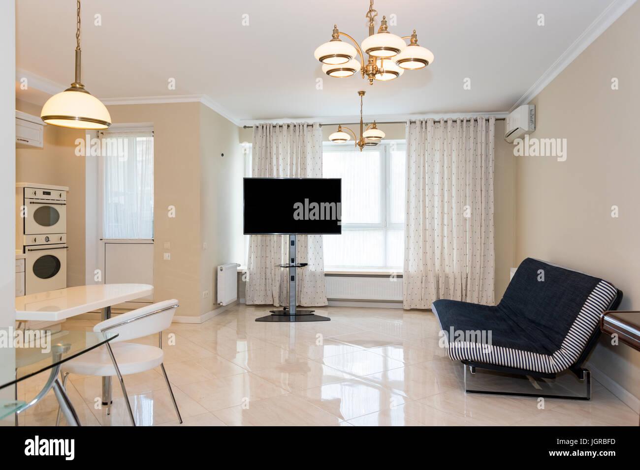Moderne Küche mit Wohnzimmer verbunden. Interior Design mit ...