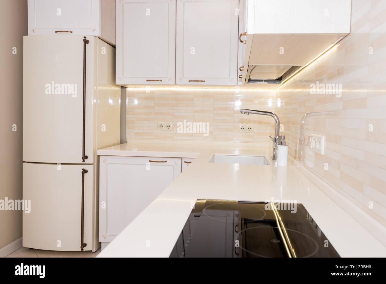 Moderne, helle, saubere Küche Interieur in einem Luxushaus. Interior ...
