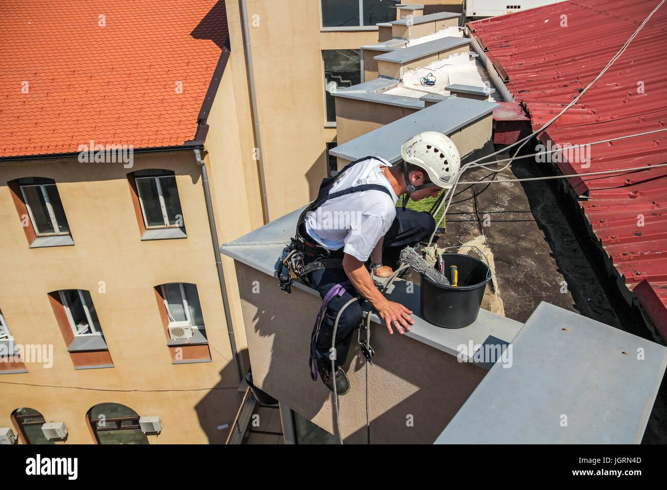 Industrielle Klettern - Fassade Reinigung zur Verfügung.  Hohes Risiko Arbeit Stockbild