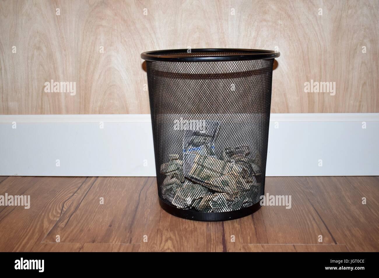 Fußboden Aus Geld ~ Schwarzem netz mülleimer halb gefüllt mit amerikanischen geld