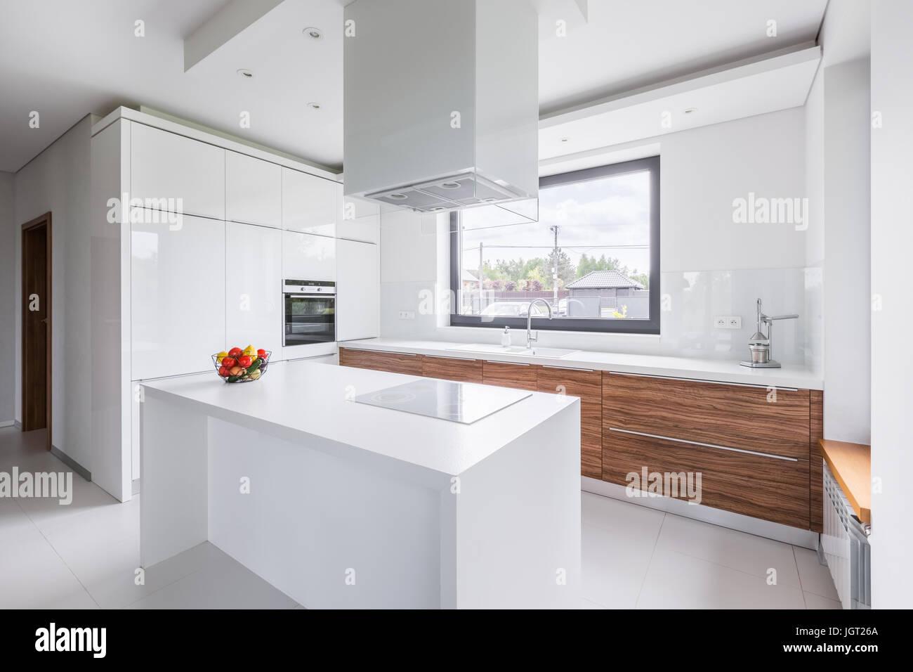 moderne weisse k che mit insel und lange arbeitsplatte stockfoto bild 148046034 alamy. Black Bedroom Furniture Sets. Home Design Ideas