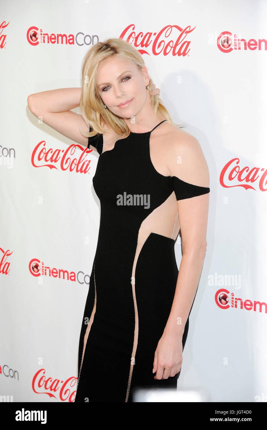 Schauspielerin Charlize Theron kommt CinemaCon's Big Screen Achievement Awards Zeremonie Caesars Palace April Stockbild
