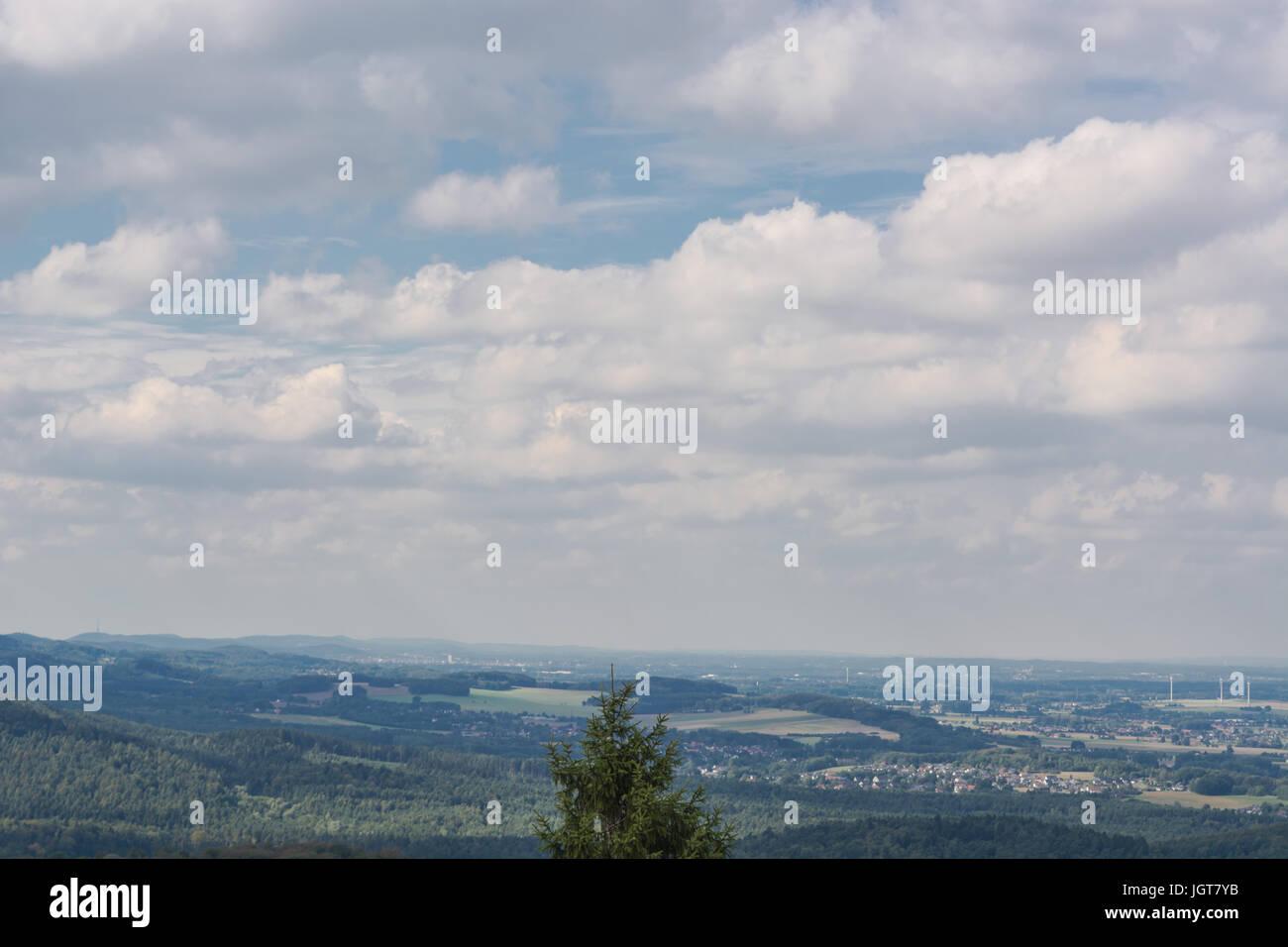 Blick vom Hermannsdenkmal auf der Teutoburger Wald in der Nähe von Detmold, Nordrhein-Westfalen. Stockbild