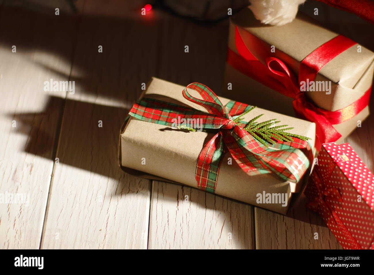 Nahaufnahme der schöne Weihnachtsgeschenke verpackt in bunten Pape ...