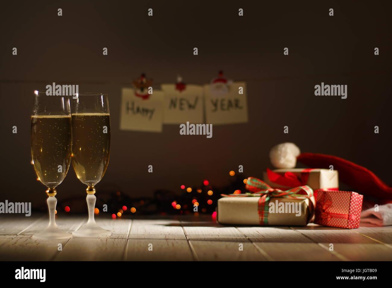 Neue Jahr romantische Komposition von zwei Gläser Champagner in den ...