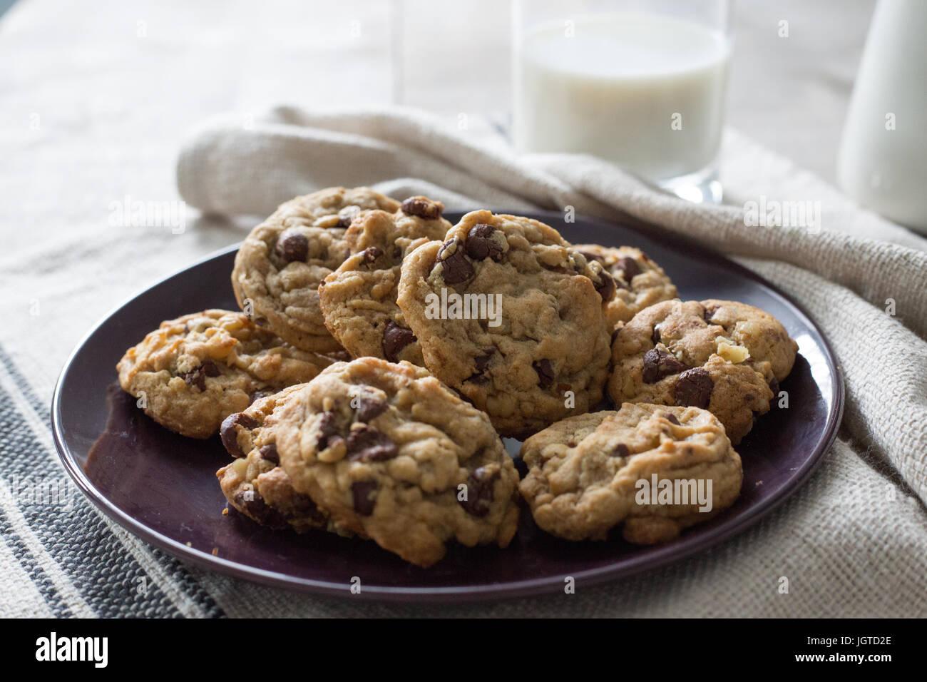 Cookies und ein Glas Milch Hintergrundbeleuchtung Stockbild