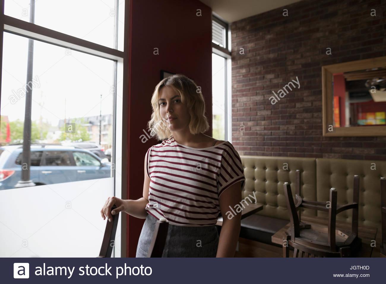 Porträt zuversichtlich, ernst Kellnerin im diner Stockbild