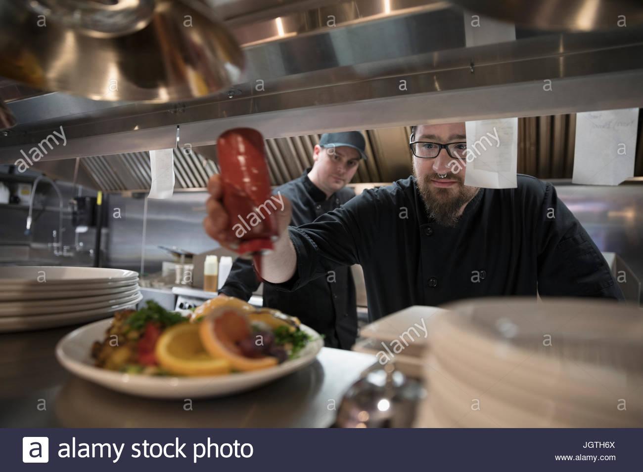 Linie Vorbereitung Essen in Restaurantküche Kochen Stockbild