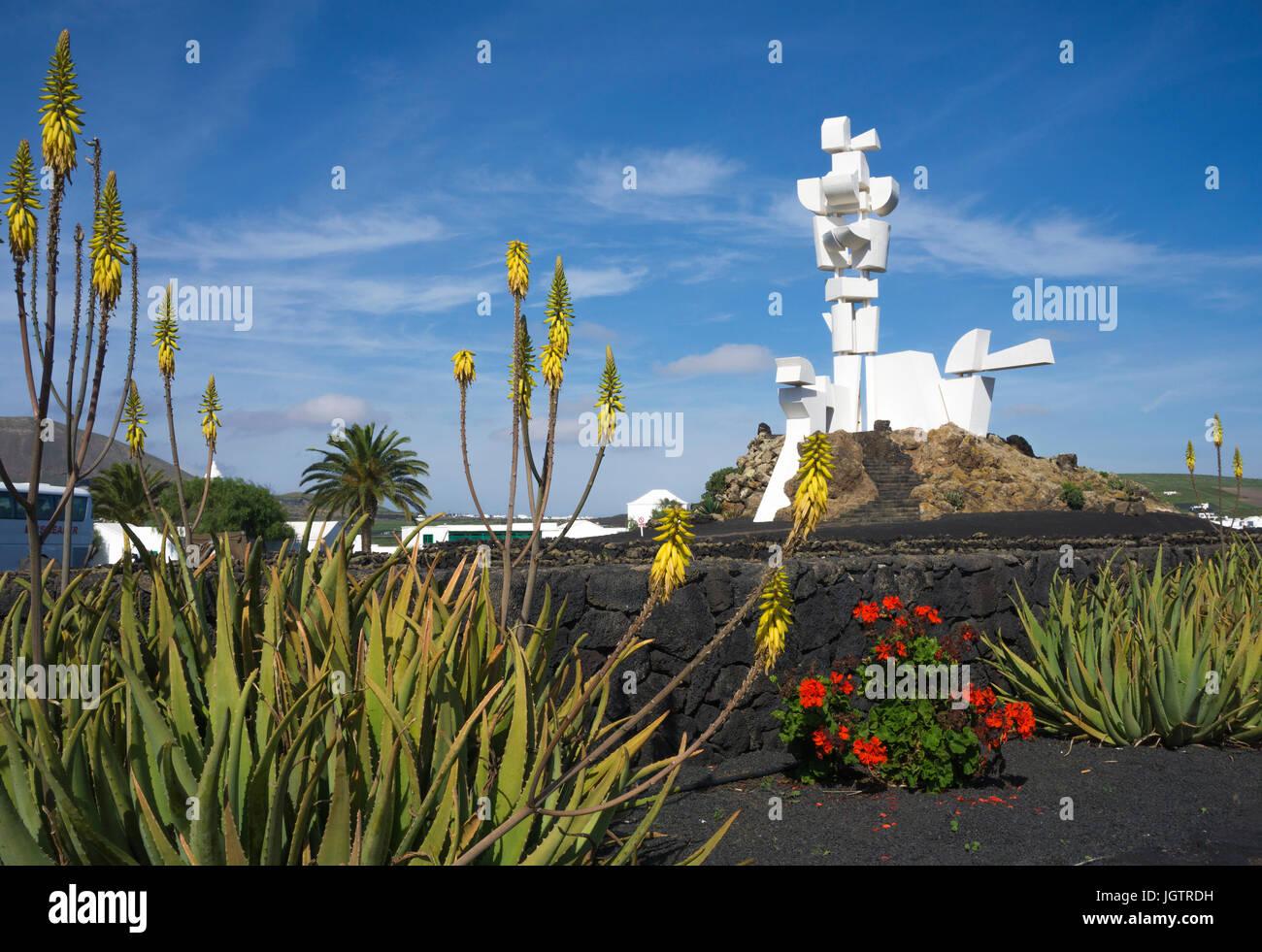 Echte Aloe (Aloe Vera, Aloe Barbadensis) am monumento al Campesino, Monumento a la fecundidad von César Manrique, Stockbild