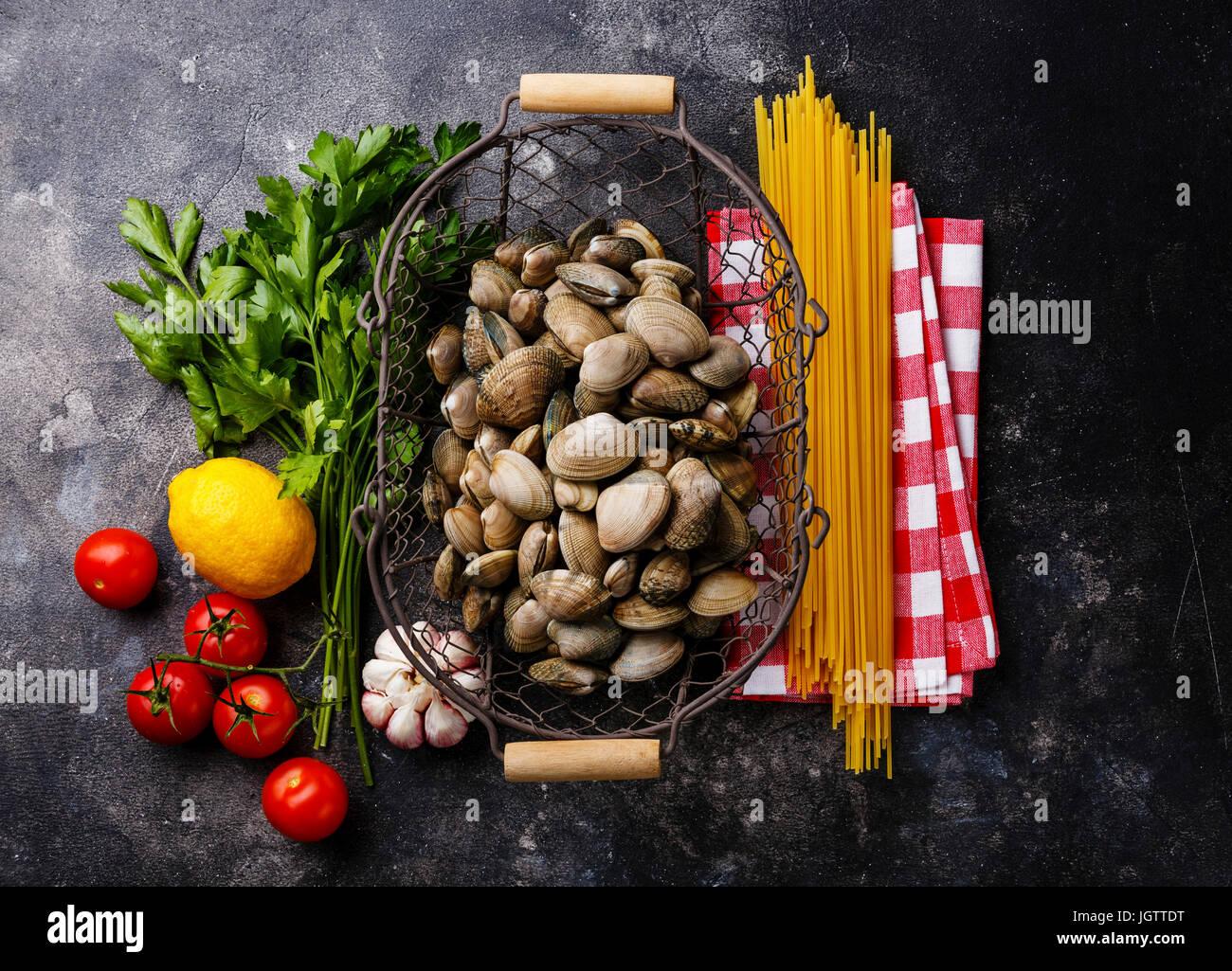 Rohkost Zutaten zum kochen Spaghetti Alle Vongole auf dunklem Hintergrund Stockbild