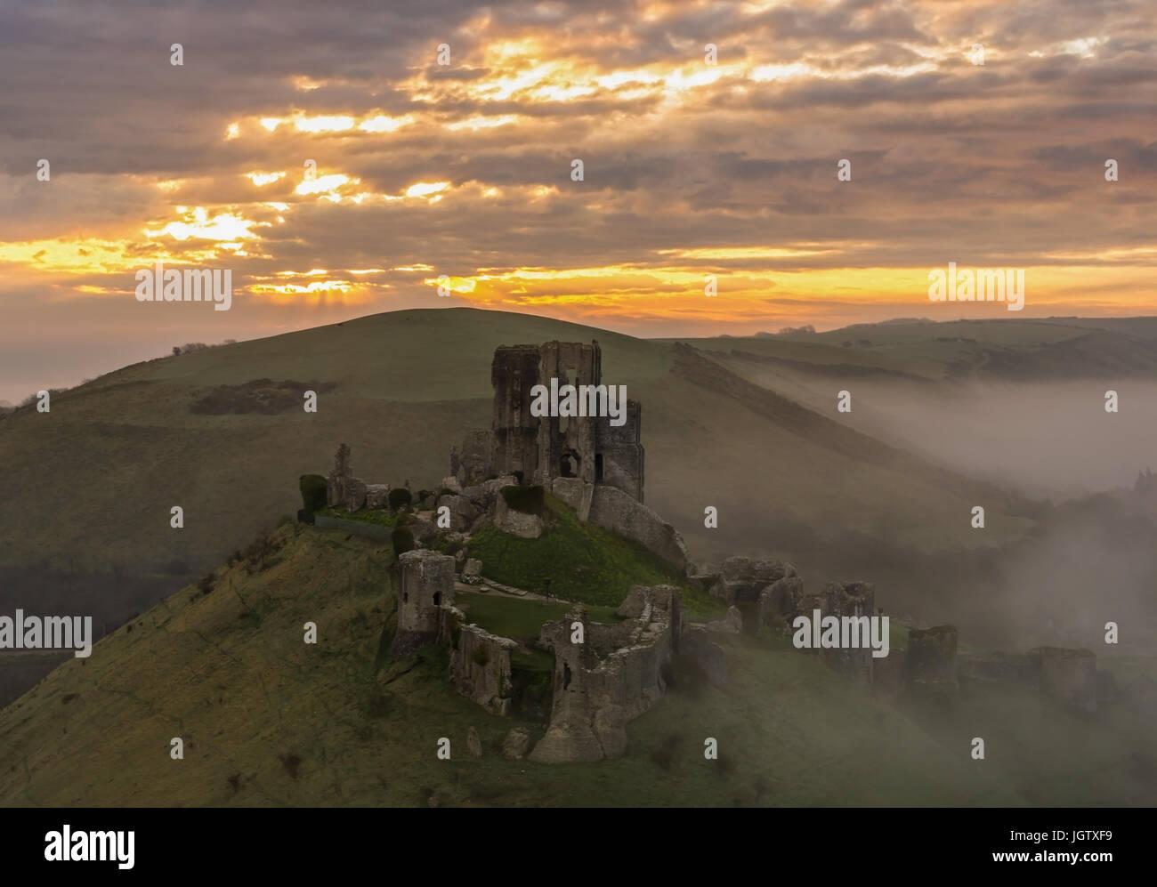 Corfe Castle nebligen Sonnenaufgang Stockbild