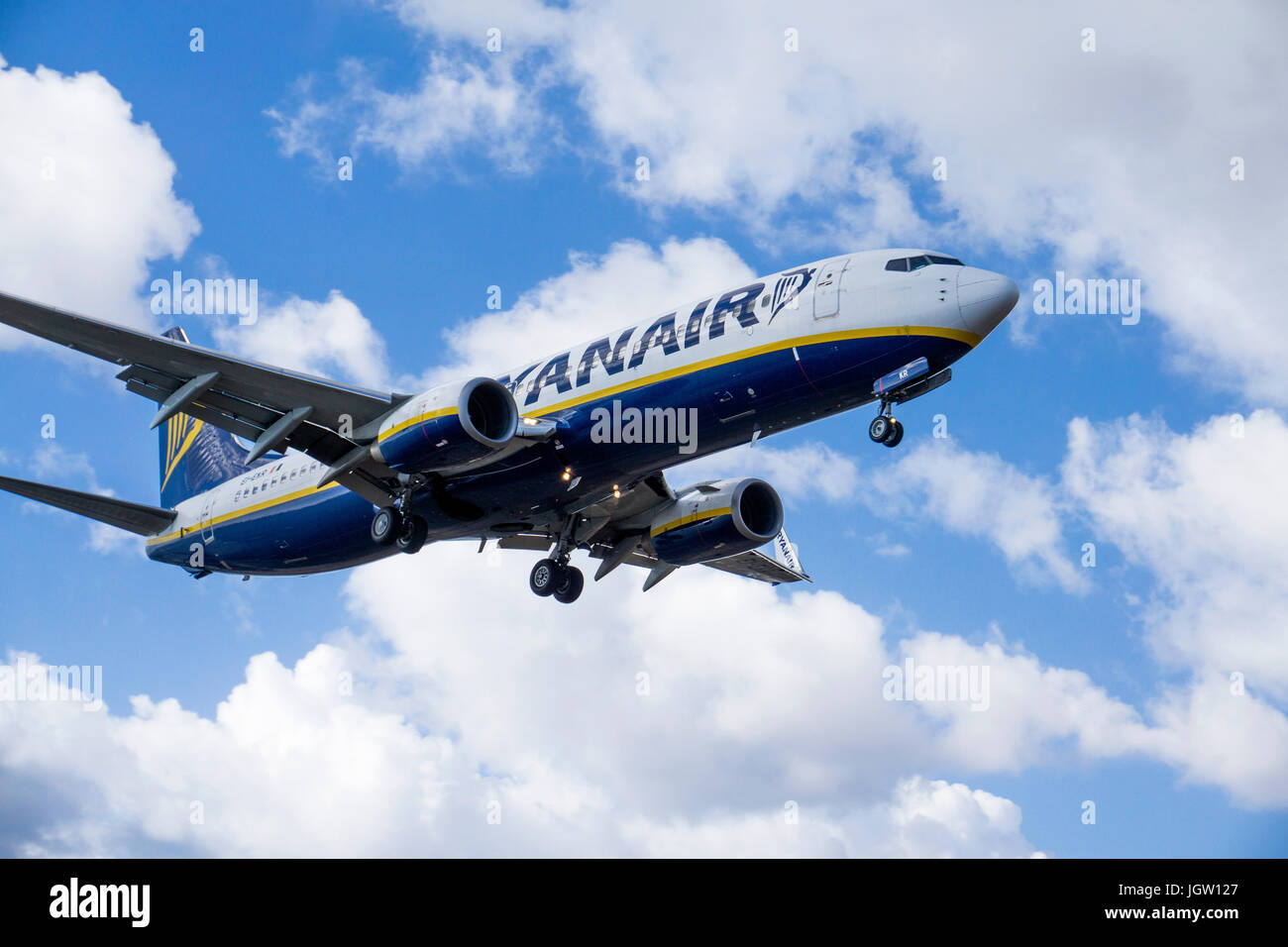 Ryanair beim Landeanflug auf den Flughafen Lanzarote, Ryanair Landung am Flughafen, Lanzarote, Kanarische Inseln, Stockbild