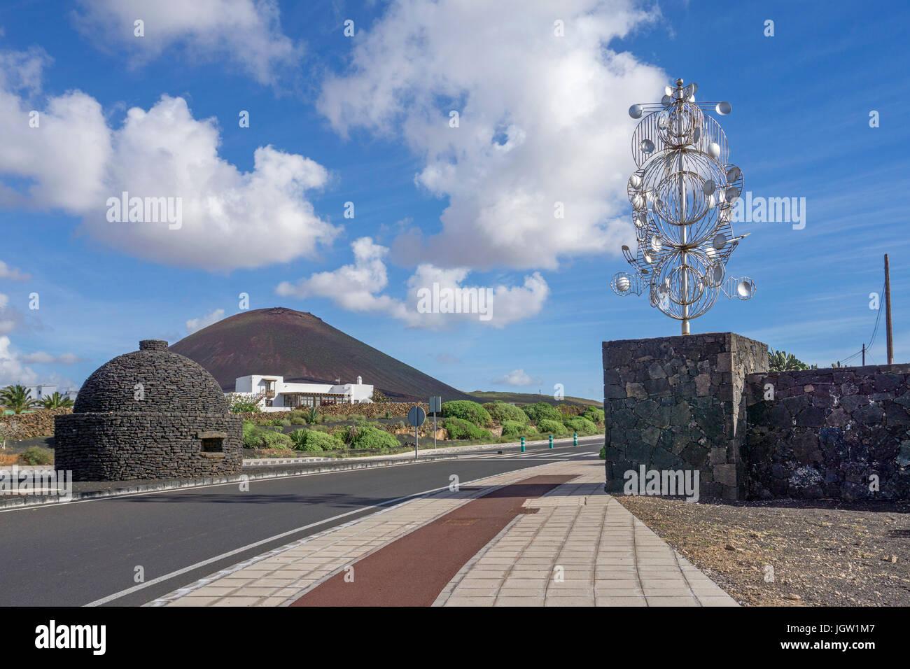 Silver Wind chime, Skulptur an einem Scheideweg, Ausgang zur Fundacion Cesar Manrique, La Asomada, Lanzarote, Kanarische Stockbild
