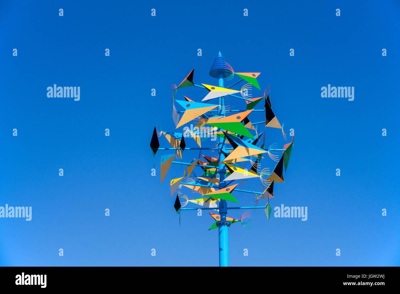 """Farbenfrohes Windspiel 'El Robalo"""" von Cesar Manrique, Playa Matagorda Puerto del Carmen, Lanzarote, Kanarische Stockbild"""