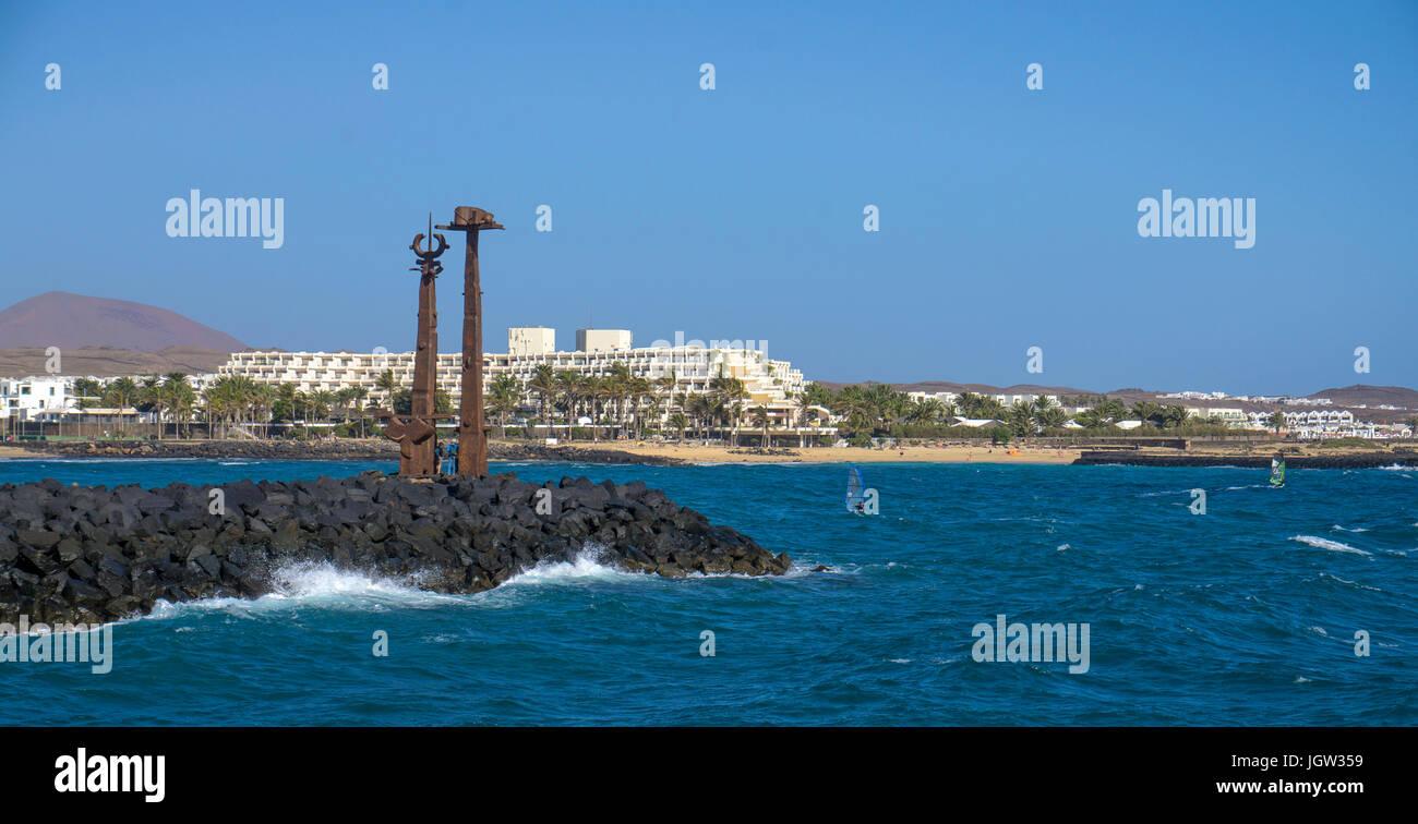 Die Skulptur 'Los juguetes de Erjos' von José Abad an der Hafenmole, Costa Teguise, Lanzarote, Kanarische Stockbild