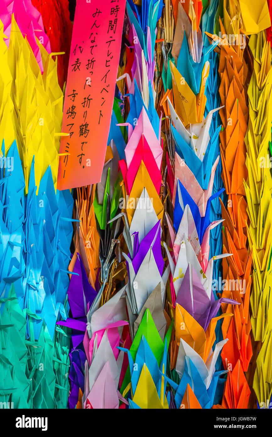 Farbiges Papier gefaltet Krane im Hiroshima Central Park Stockbild
