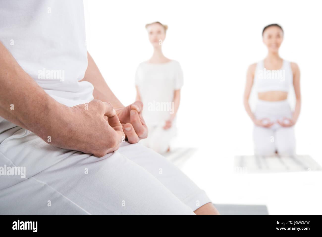 Zugeschnittenen Schuss von Menschen meditieren auf Yoga-Matten mit Mudra-Geste isoliert auf weiss Stockbild