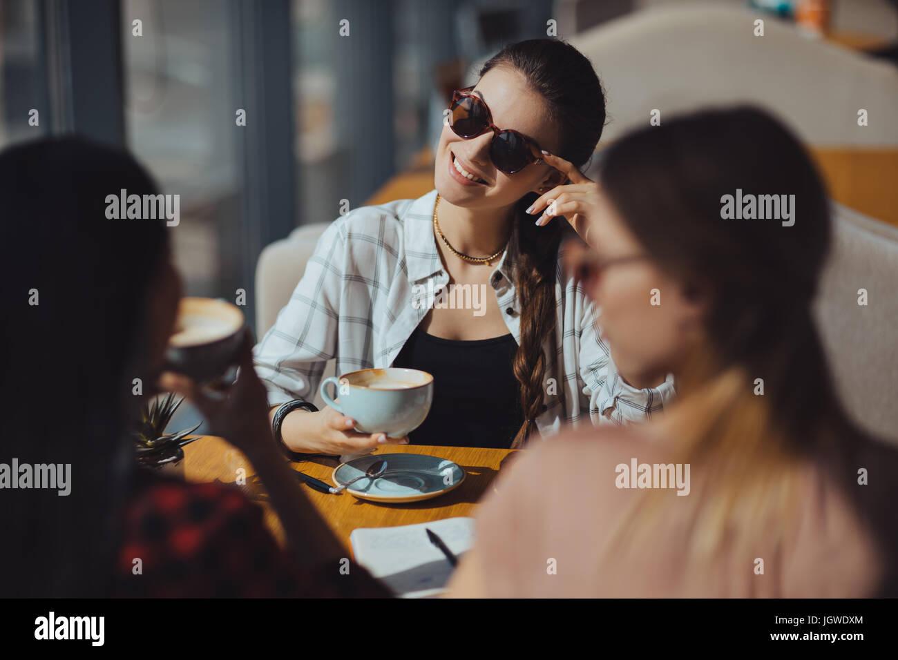 junge attraktive multikulturelle Frauen bei Kaffee-Pause im café Stockbild