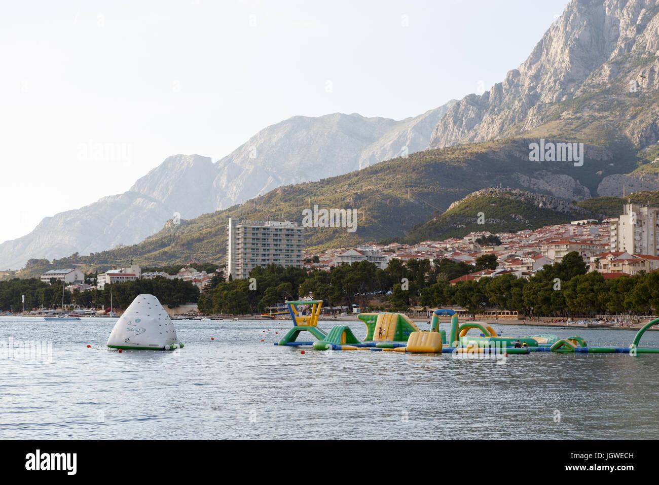 MAKARSKA RIVIERA, Kroatien - 20. Juni 2017: aufblasbare Prellen Burg am Strand. Schwimmen aufblasbaren Spielplatz Stockbild