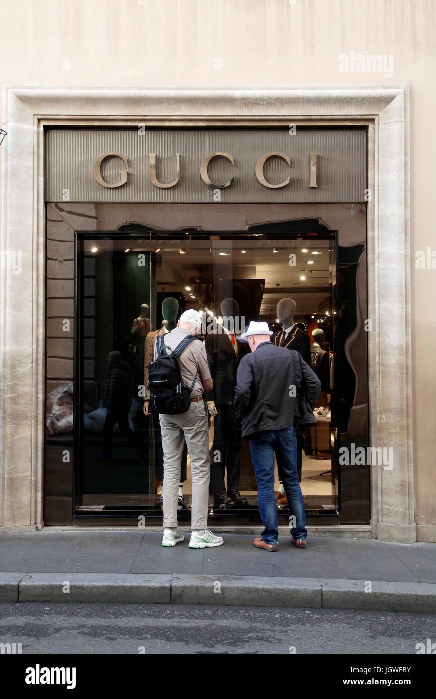 Fußgänger sehen die Schaufenster von Gucci Mode Brand-Store