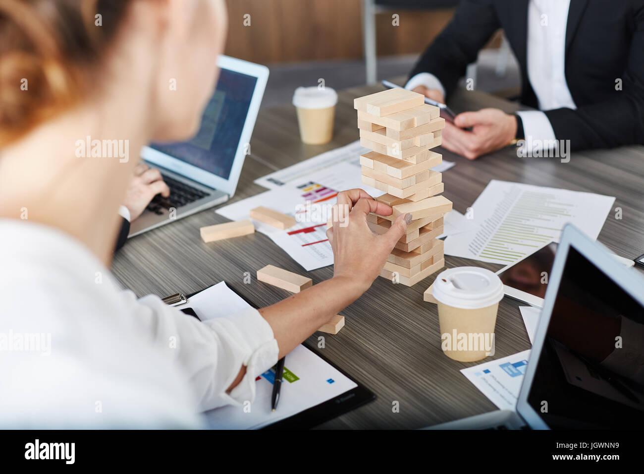 Team von Geschäftsleuten bauen eine Holzkonstruktion. Konzept der Teamarbeit und Partnerschaft Stockbild