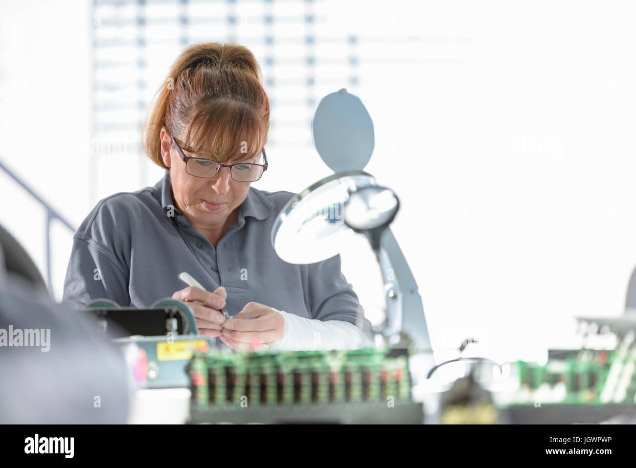 Weibliche Elektroingenieur im Kabel Abschluss Fabrik Stockbild