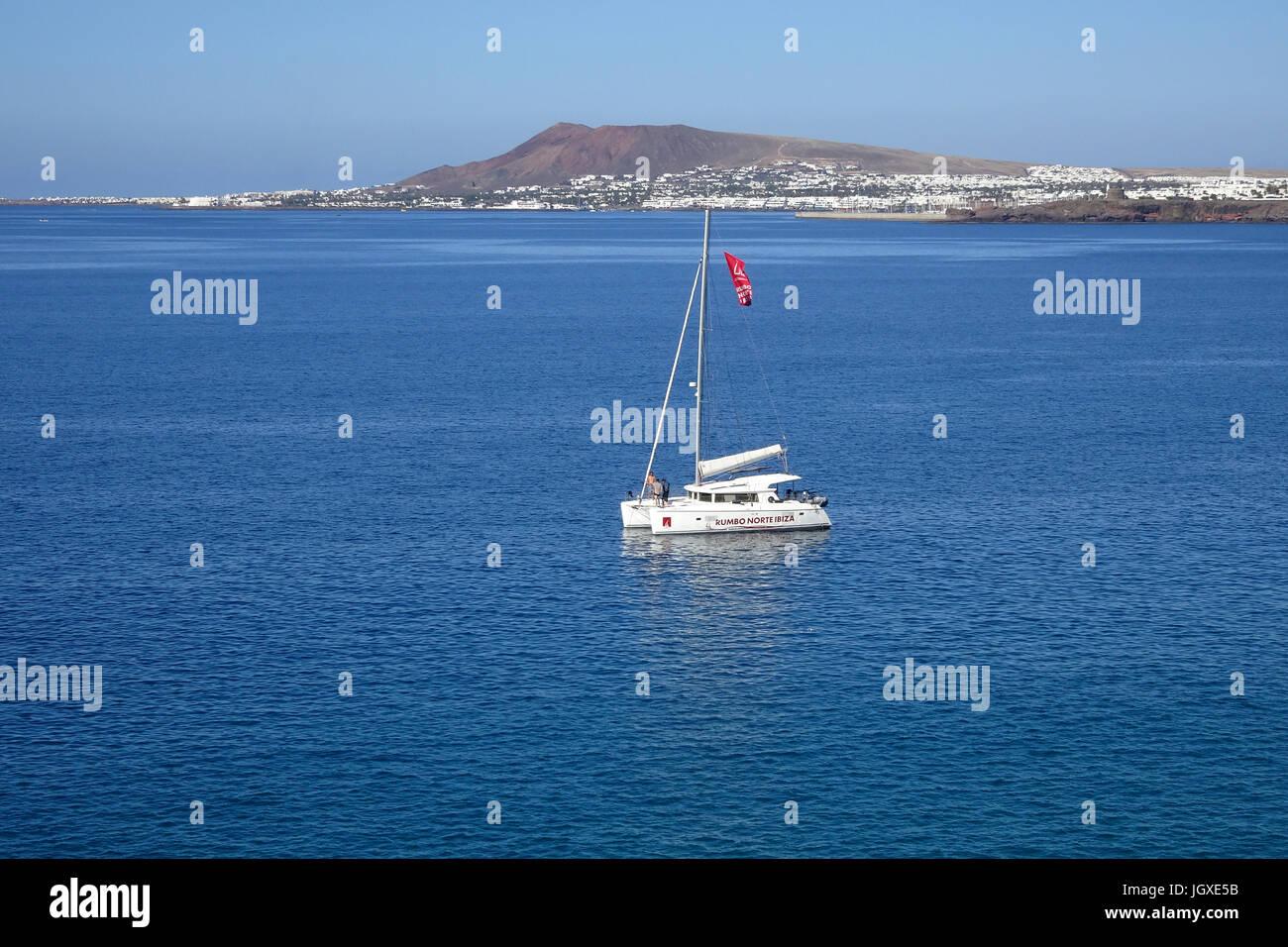 Katamaran vor Playa Blanca, Lanzarote, Kanarische Inseln, Europa | catamara am Playa Blanca, Lanzarote, Kanarische Stockbild